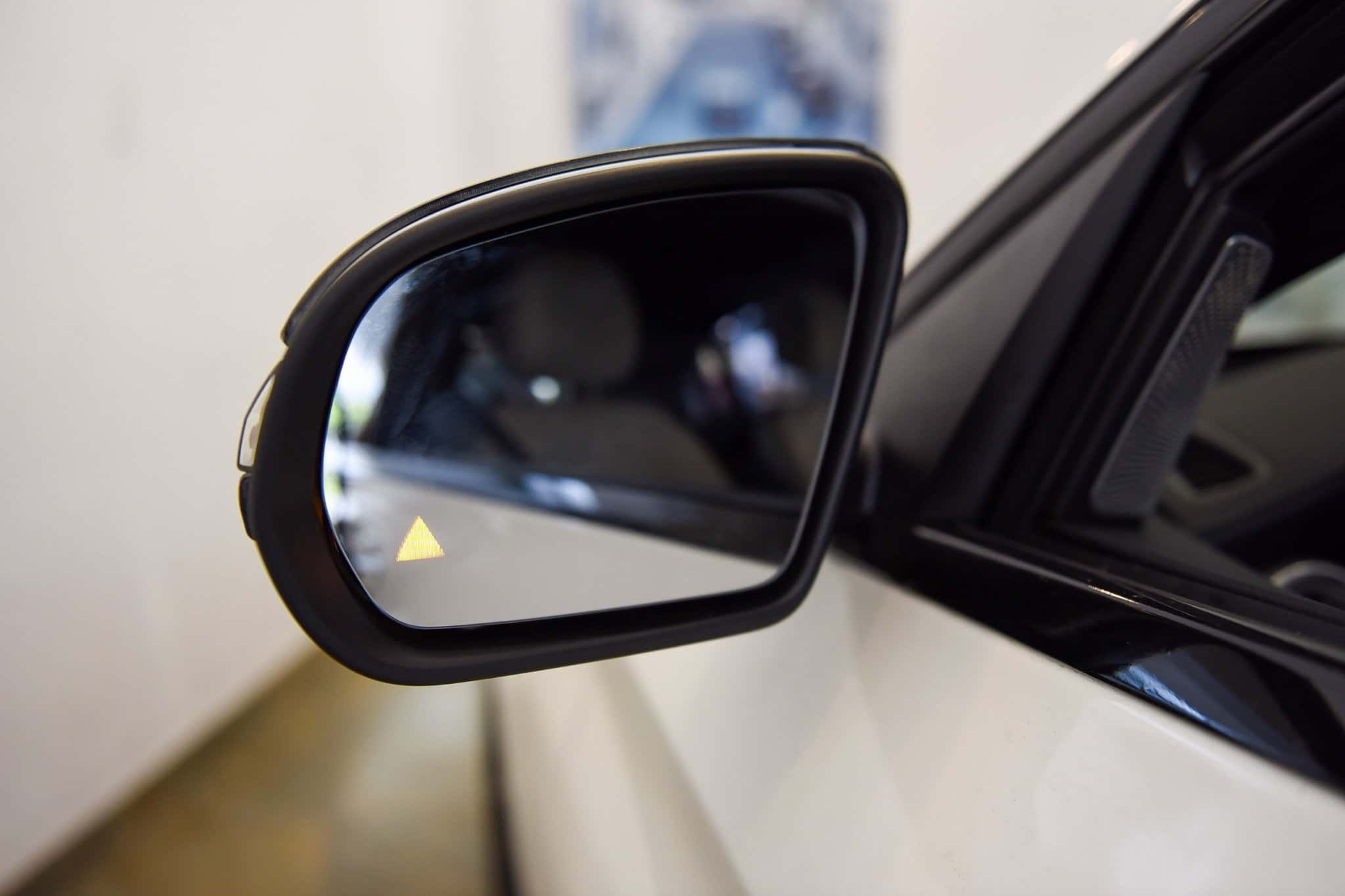 Hệ thống cảnh báo điểm mù trên gương