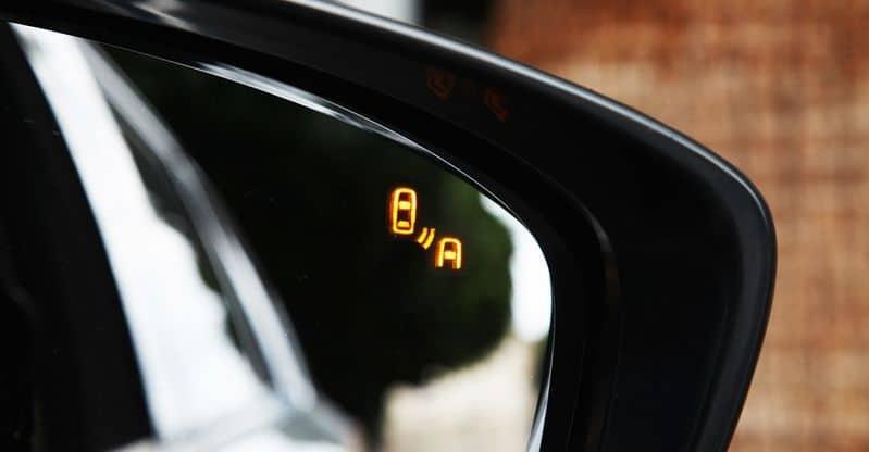 Hệ thống cảnh báo điểm mù trên gương xe Toyota Camry 2.5 Q 2019